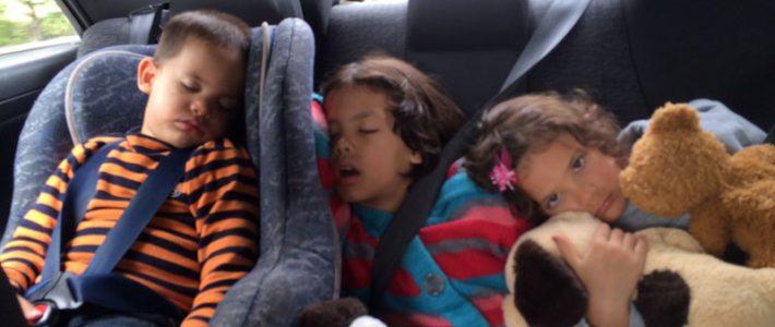 Чем занять ребёнка в машине, если вы за рулём?